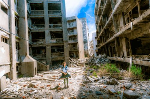 Jente går til skolen i ødelagt by