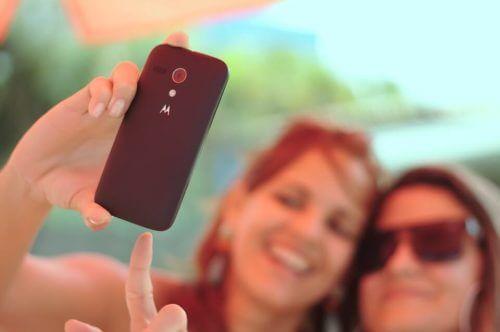 Jenter tar bilde med mobiltelefonen
