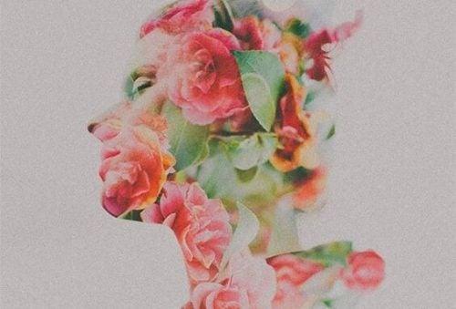 Kvinne dekt av blomster