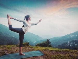 Kvinne gjør yoga utendørs