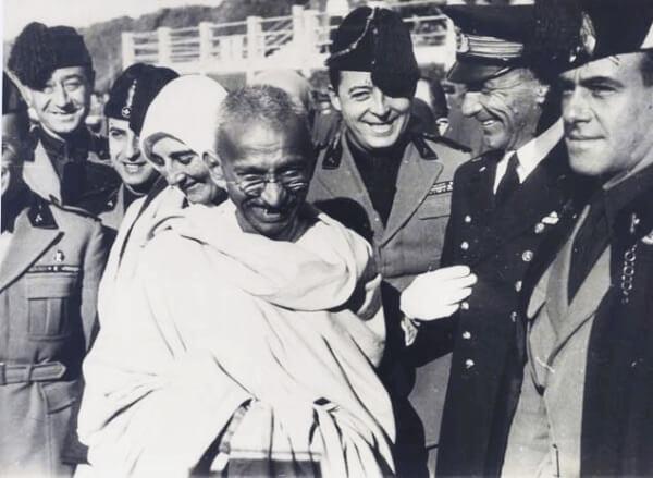 Gandhi med tjenestemenn