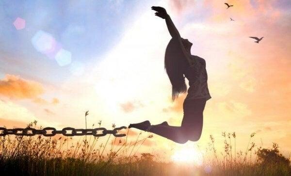 Kvinne som bryter seg fri fra lenker