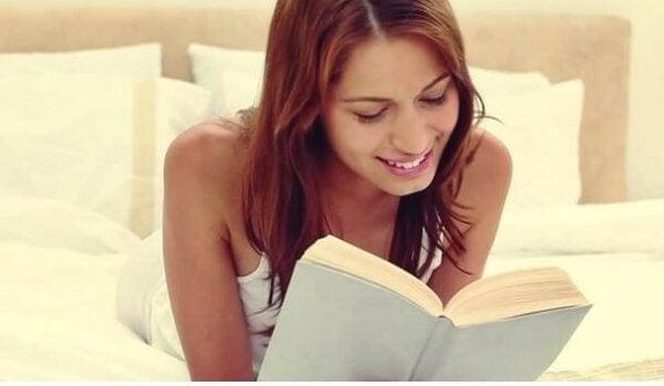 Kvinne som leser før hun skal sove.