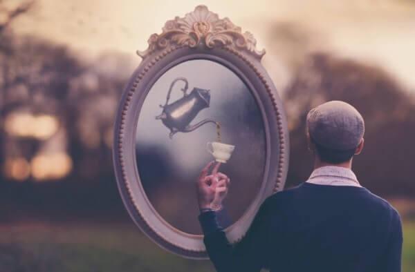 Mann og speil