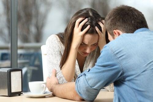 Par som krangler på kafe