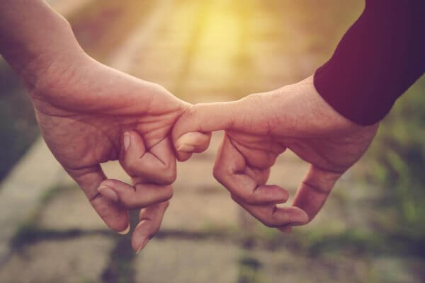 Par som holder ved lillefingeren
