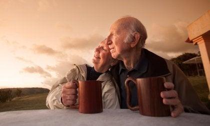 sunn aldring: et gammelt lykkelig par.