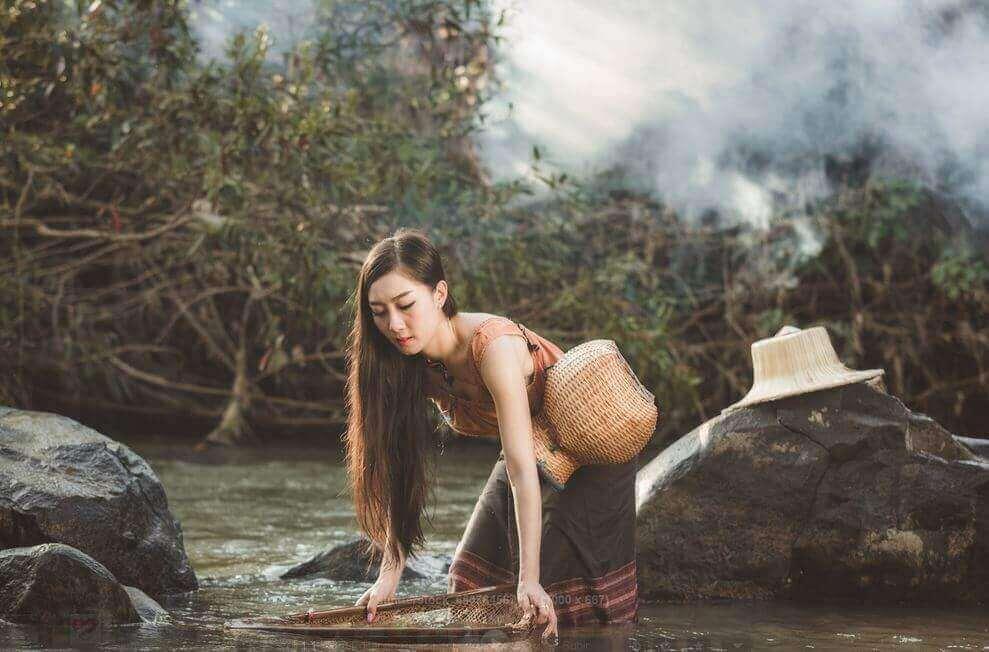 En kvinne som henter vann