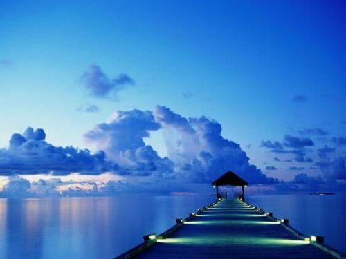 Blå himmel og brygge