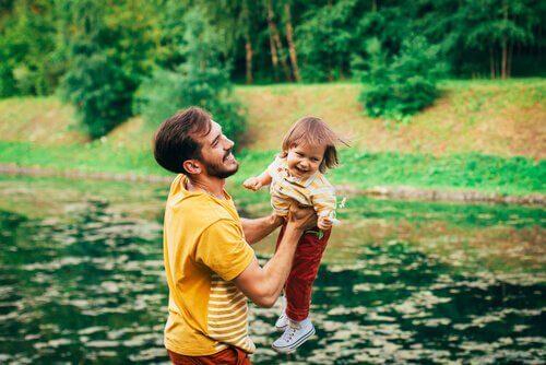 far-leker-med-sitt-barn