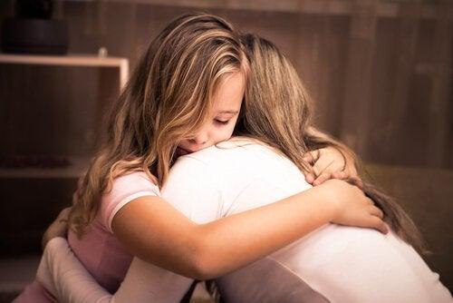 Jente klemmer sin mor og prøver å uttrykke sine følelser