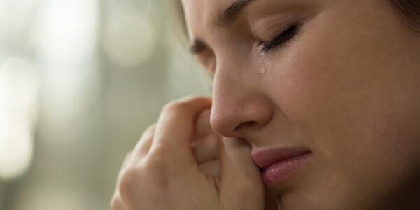 En kvinne gråter.