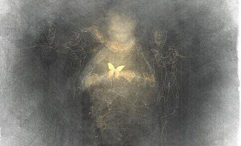 Person med sommerfugl