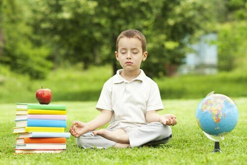 En gutt som sitter i en park og mediterer
