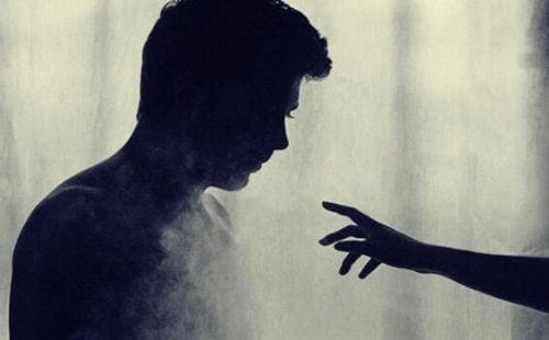 Hånd strekkes mot mann