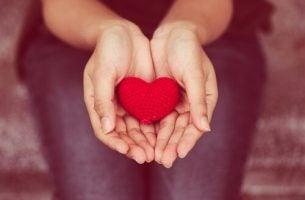 hender holder et hjerte - empatisk eller ikke-voldelig kommunikasjon