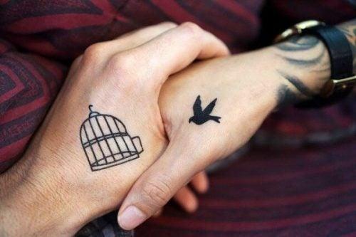 Par som holder hender