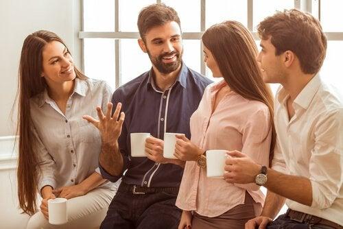 4 mennesker i samtale