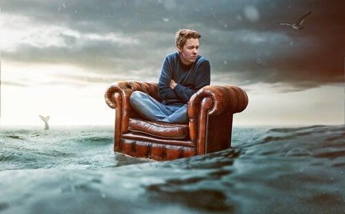Gutt i stol på sjøen