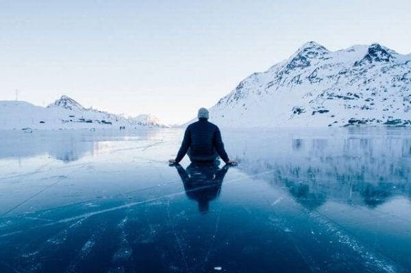 Mann og kjelke på is