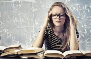Jente studerer