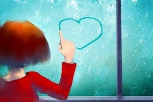 Jente tegner hjerte på vindu