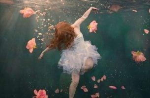 Jente under vann