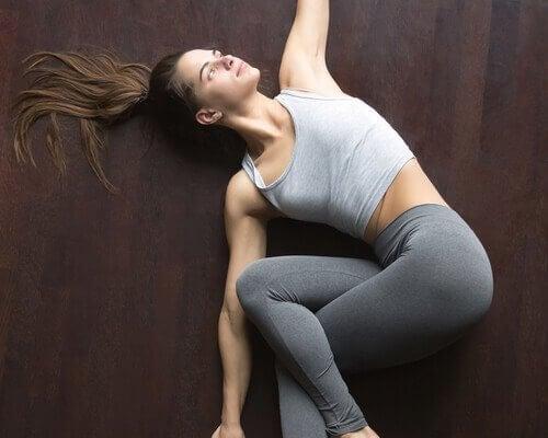 Jente trener på gulvet