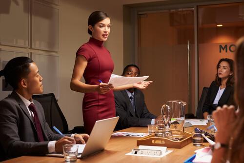Gi en tale som en karismatisk person.