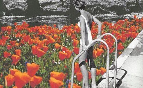 Kvinne i basseng av blomster