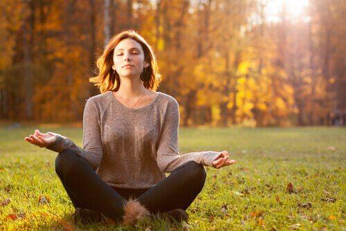Kvinne mediterer ute
