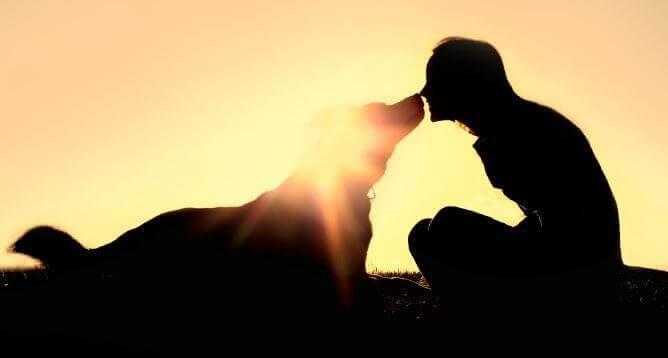 Kvinne med hunden sin