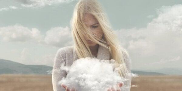 Kvinne med sky i hendene