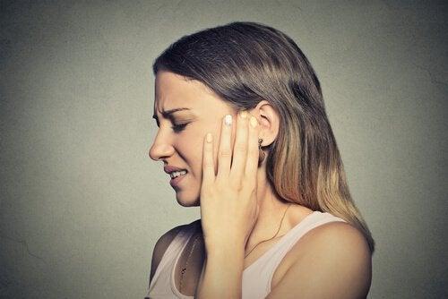 Kvinne med øreproblemer