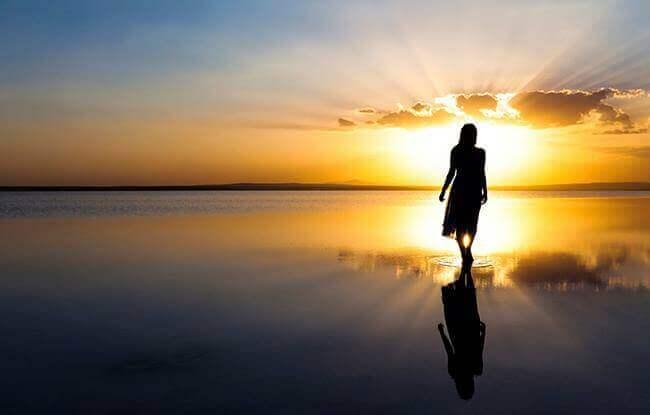 Kvinne går mot solen