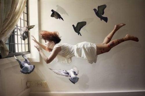 En kvinne som flyter med fugler