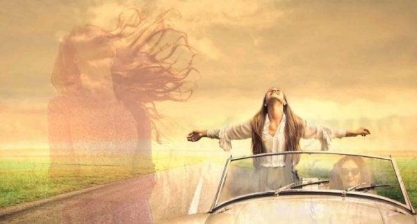 Kvinne står i bil
