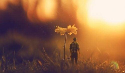 En liten mann under en blomst