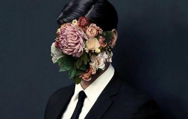 Mann med blomster i ansiktet