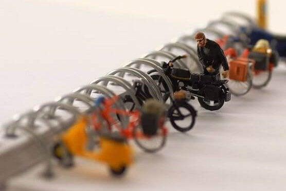 mann-parkerer-motorsykkel