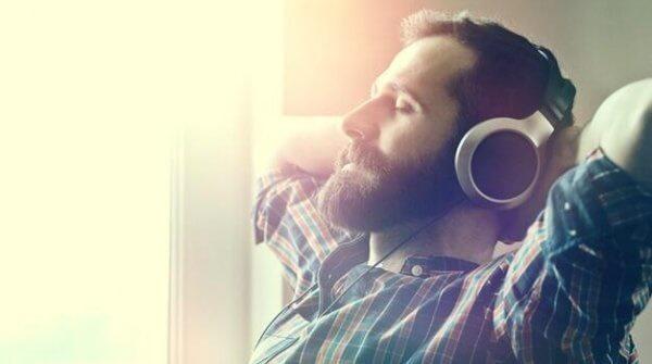 Mann som lytter til avslappende musikk