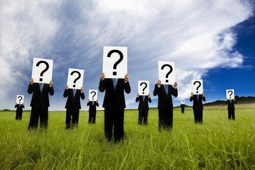 Mennesker med spørsmålstegn foran ansiktet