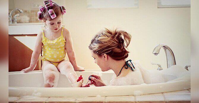 mor og datter i badekar