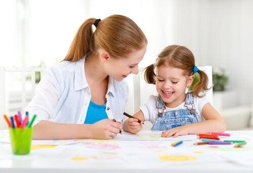 mor-og-barn-tegner