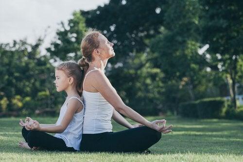 En mor og en datter som mediterer sammen
