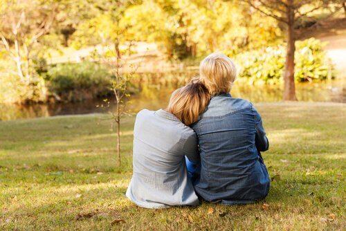 En mor og sønn som sitter ute