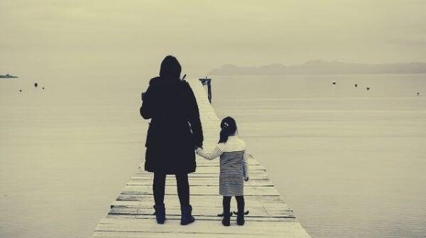 Mor og barn på bro.