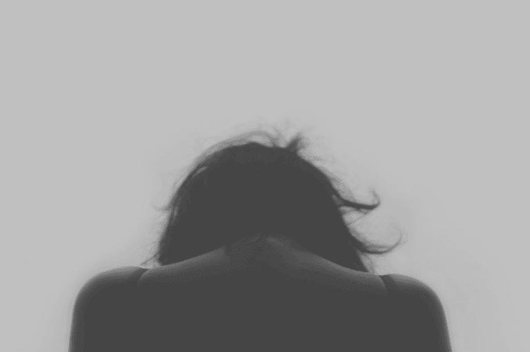 Kvinne med hodet ned
