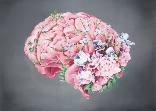 En hjerne som er pyntet med blomster