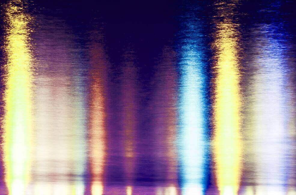 Lys som reflekteres på sjøen